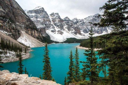 beautiful-turquoise-blue-water-of-moraine-lake