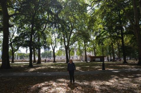 Walking through Green Park to Buckingham Palace